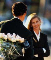 К чему мужчина дарит белые розы